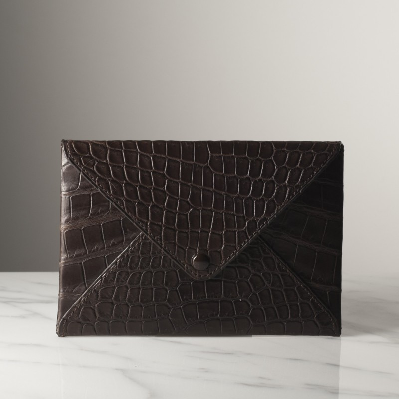 enveloppe-mm-marron-fonce-mat-crocodile.jpg